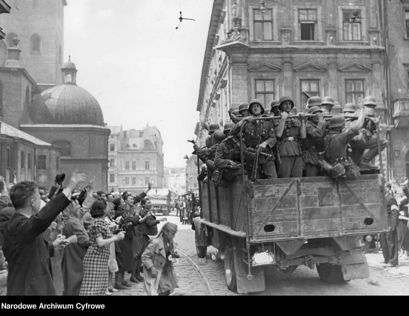 _en_Description_for_Lw_w._Ludno___cywilna_wita_wkraczaj_ce_do_miasta_wojsko_niemieckie._Po_lewej_fragment_katedry__ac.__29.06.1941_NAC.jpg