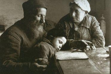 Jew_teaches_his_grandson_to_read.jpg