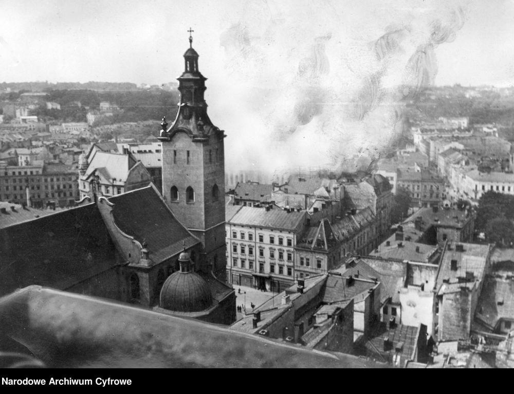 Lw_w._Panorama_miasta_z_wie_y_ratuszowej._Widoczna_wie_a_Katedry__aci_skiej_i_p_on_ce_budynki.__NAC_czerwiec_1941.jpg