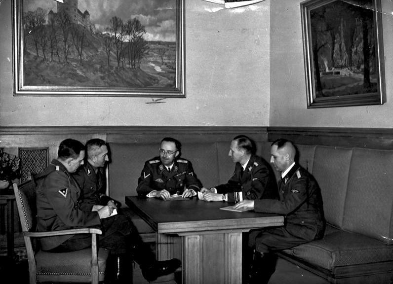 Bundesarchiv_Himmler_Müller,_Heydrich,_Nebe,_Huber.jpg [61.49 KB]
